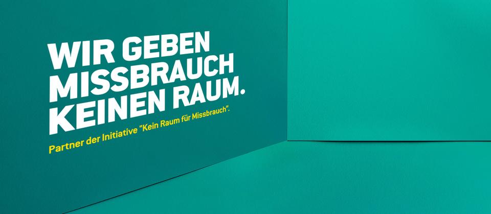 """Bühnenbild der Kampagne """"Kein Raum für Missbrauch"""" - """"Wir geben Missbrauch keinen Raum."""""""