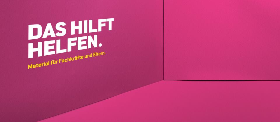 """Bühnenbild der Kampagne """"Kein Raum für Missbrauch"""" - """"Das hilft helfen."""""""